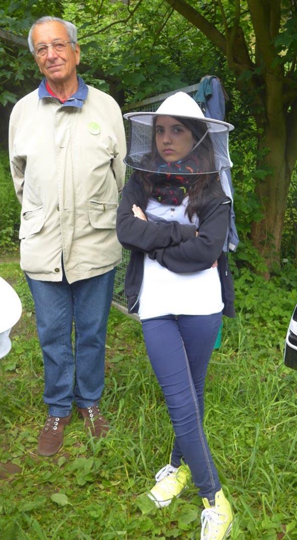 Besucher am Bienenstand 06