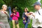 Besucher am Bienenstand 03