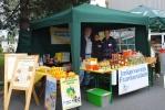 Das Frankensteiner Imkerteam am Informationsstand auf dem Pfungstaedter Bauernmarkt