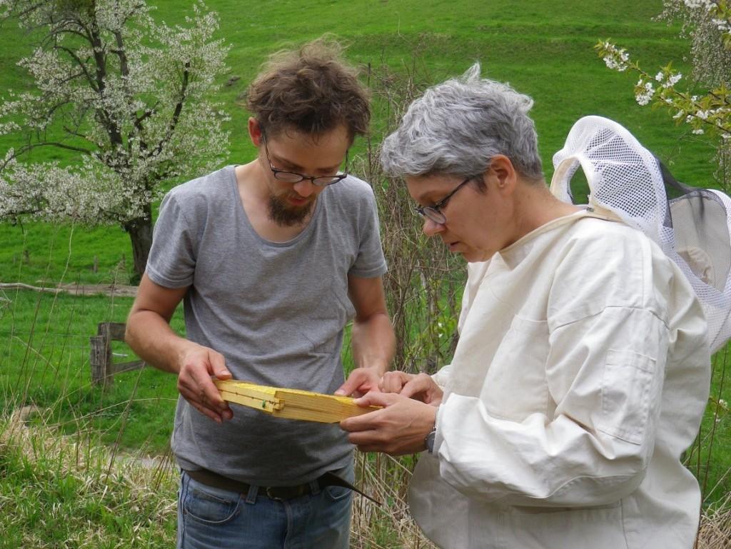 Markus und Heike bei der Betrachtung des Drohnenrahmens