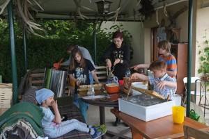 Fotos: Tino Westphal – Honigernte bei der Bienengruppe – Grosse und kleine Helfer beim Entdeckeln der Honigwaben.