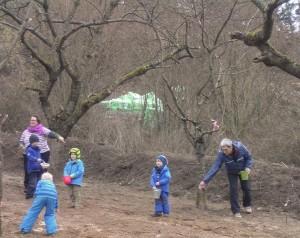 Die Kinder der Kita verteilen die Samenmischung mit viel Liebe auf dem Gelände und drücken die Samen mit einer Walze in den lockeren Boden.